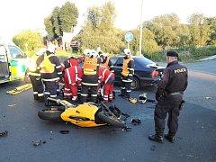 Devětatřicetiletý motorkář z Okrouhlé u Nového Boru se velmi těžce zranil při dopravní nehodě v křižovatce u Žizníkova mezi Českou Lípou a Zákupy ve středu večer.