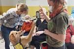 Sociální služby města Mimoň začínají využívat canisterapii. Za seniory dorazila cvičená Bezinka.