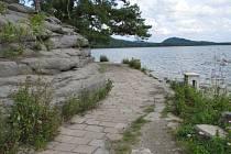 Na některých místech se závodníci dostanou skutečně přímo k vodě. Stejně jako na této cestě, která směřuje na pláž ve Starých Splavech.