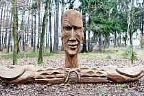 V lesoparku Masarykovy sady najdete několik dřevěných soch.
