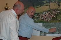Hejtman Libereckého kraje Petr Skokan a starosta Kravař Vít Vomáčka si prohlížejí nákres obchvatu kolem Stvolínek a Kravař.