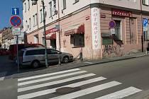 Řidič na přechodu na křižovatce ulic Jiráskova a Moskevská v České Lípě přejel školačce nohu