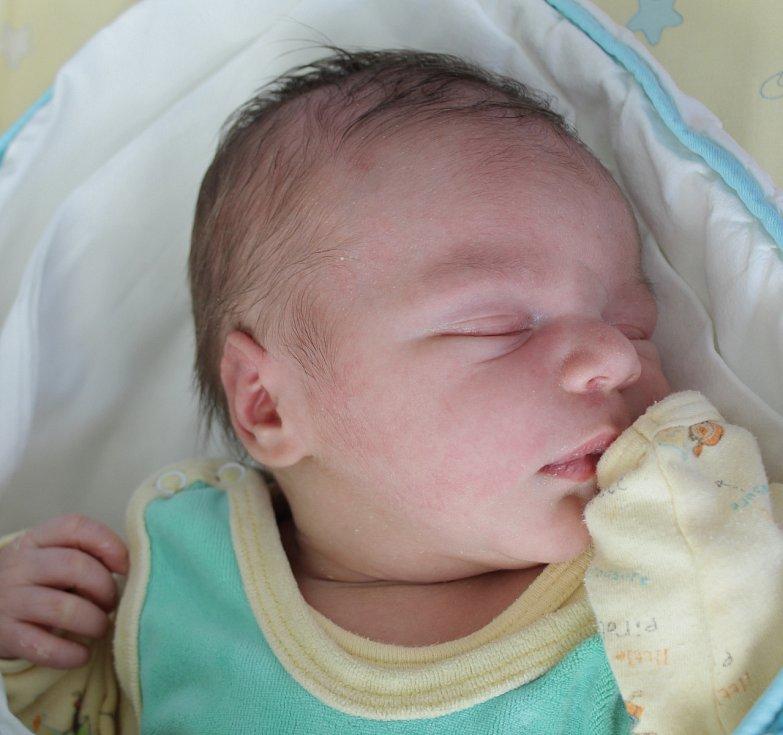 Rodičům Anně Hladíkové a Patriku Kovářovi z Provodína se v pondělí 29. června v 15:11 hodin narodil syn Samuel Hladík. Měřil 50 cm a vážil 4 kg.