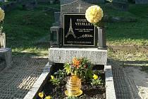 Hrob francouzského vězně na skalickém hřbitově.