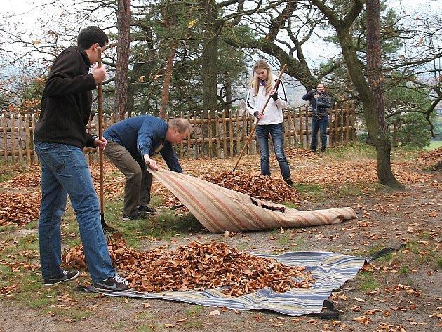 Návštěvnickou sezonu na skalním hradě ve Sloupu minulou sobotu definitivně zakončil tradiční podzimní úklid.