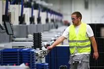 Plasty pro autobaterie vznikají v nové tovární hale v českolipské průmyslové zóně. Ročně se tu má vyrobit až 15 milionů kusů plastového sortimentu.