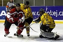 Oliverius bráněný Jágrem se snaží překonat gólmana Babku.