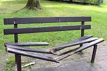 Řádění vandala odnesly i lavičky.