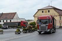 Jednosměrnou Malou ulicí vyjíždí kamiony od Mnichova Hradiště a Doks na náměstí v Mimoni.