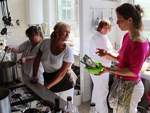 Lektorka zasvěcuje školní kuchařky do tajů zdravé kuchyně.