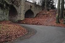 Státní podnik Lesy ČR po dvou měsících dokončil opravu tříkilometrové lesní asfaltové cesty, která je přístupovou komunikací pro hrad Valdštejn v Českém ráji.