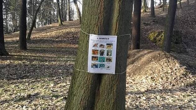 Mini naučná stezka v českolipském parku.