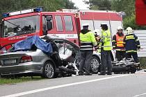 22. ZÁŘÍ. Nedaleko Doks se srazilo auto s motorkou. Dva lidé nehodu nepřežili.