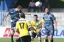 Již pod vedením nového trenéra Františka Šturmy nastoupili českolipští fotbalisté (modré dresy) k dalšímu mistrovskému utkání, v němž hostili nováčka soutěže Jiskru Domažlice. A nakonec zvítězili 1:0, když tři minuty před koncem skóroval Jan Šmidrkal.