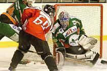 Hokejoví Predátoři se po dlouhé sérii bez výhry konečně  radovali. Po nájezdech. Na snímku Burián před golmanem Melicharem bráněn Pauškou.