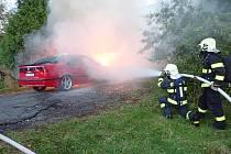 Plameny pohltily osobní automobil v Kněžicích