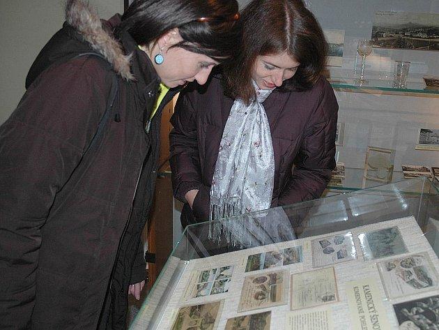 Pohlednice, na nichž jsou dvoumetrové závěje, fotografie z povodně nebo pohled na Panskou skálu starý několik desítek let. To je jen malý výčet exponátů, které muzeum zpřístupnilo prostřednictvím výstavy Kamenický Šenov v zrcadle času.