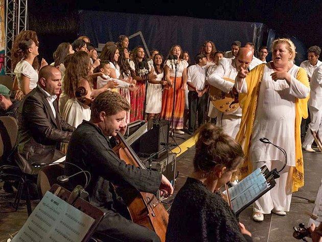 Loňský druhý ročník letní školy Romano drom uzavřely úspěšné koncerty s filharmoniky ve východoslovenských osadách.