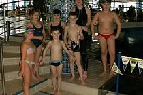 Mladí potápěči s trenérkou po závodech.