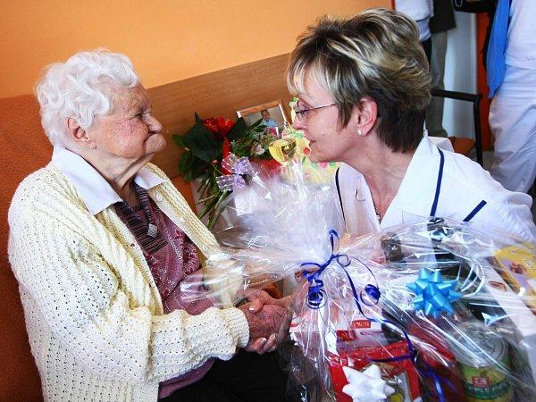 """Sté narozeniny oslavila Antonie Bečková ve """"svém"""" domově důchodců vNových Zákupech, kde posledních šest let žije. Gratulovat přišly desítky lidí."""