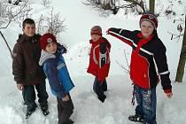 Marek Kasinec, Patrik Dufek, Dominik Koudela a Michal Patka (zleva) prokázali velkou odvahu, když vytáhli z ledové vody pětiletého Jirku Kasince.