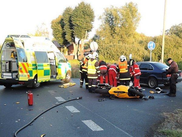 Devětatřicetiletý motorkář zOkrouhlé uNového Boru se velmi těžce zranil při dopravní nehodě vkřižovatce uŽizníkova mezi Českou Lípou a Zákupy ve středu večer.