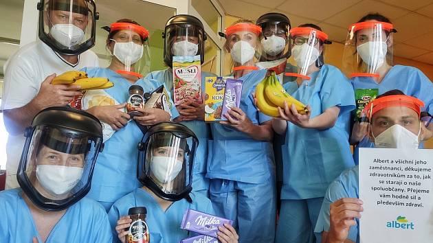 Albert daroval potravinové balíčky také do sedmi pražských nemocnic.