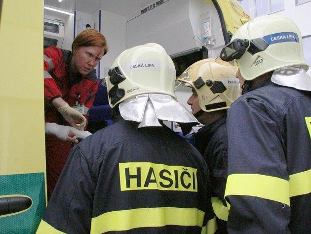 Ve středu byli požádáni profesionální hasiči zČeské Lípy opomoc při sundávání prstýnku zporaněné ruky muže, který byl přivezen súrazem kchirurgické ambulanci českolipské nemocnice.