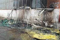 Vyhořelé kontejnery v ulici Mikovcova.