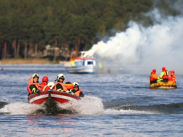 Záchranu 76 lidí z hořící výletní lodi nacvičovali hasiči, policisté a záchranáři na Máchově jezeře v Doksech.