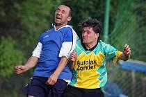 Kunratice vydolovaly tři body na hřišti Novin pod Ralskem. Na snímku vpravo  při hlavičkovém souboji je domácí Roman Okénko.