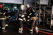 Hasiče zaměstnal požár kabelového kanálu v Kuřivodech.