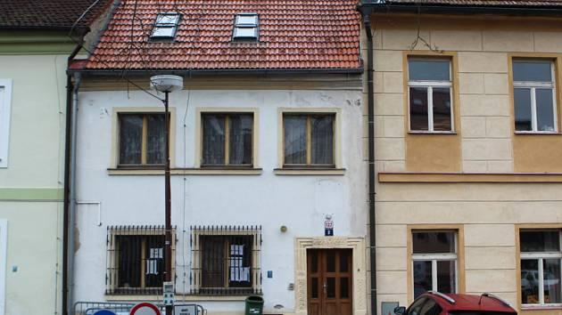 V úzkém domě na jižní straně Škroupova náměstí dříve sídlila městská policie.
