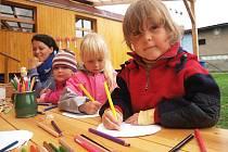 Děti v lesní třídě v Oknech u Doks tráví čas především venku v přírodě.