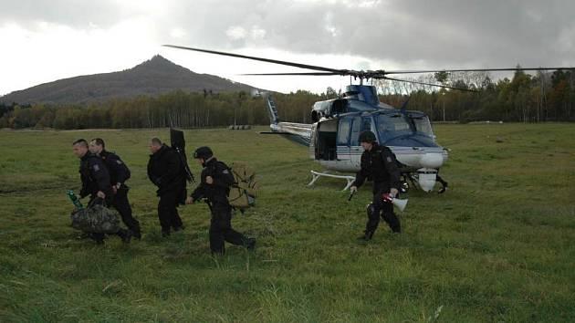 Do Stráže přiletěl i vrtulník se zásahovou jednotkou