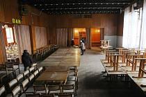 """Ještě """"zazimovaný"""" sál kulturního domu v Zákupech se chystá na první letošní velkou akci."""