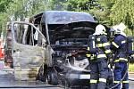 Mohutný požár zachvátil v pátek dopoledne dodávku, která stála v Okružní ulici na českolipském sídlišti Sever. Ve voze byly tlakové lahve s technickými plyny pro svařování a řezání kovů.