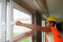 V první etapě školu čeká výměna bočních vchodů včetně okenních panelů, výměna oken a dílčí zateplení žákovských šaten.