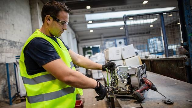 Firma PRAKTIK system ve Stráži pod Ralskem spustila novou linku na zpracování starých lednic