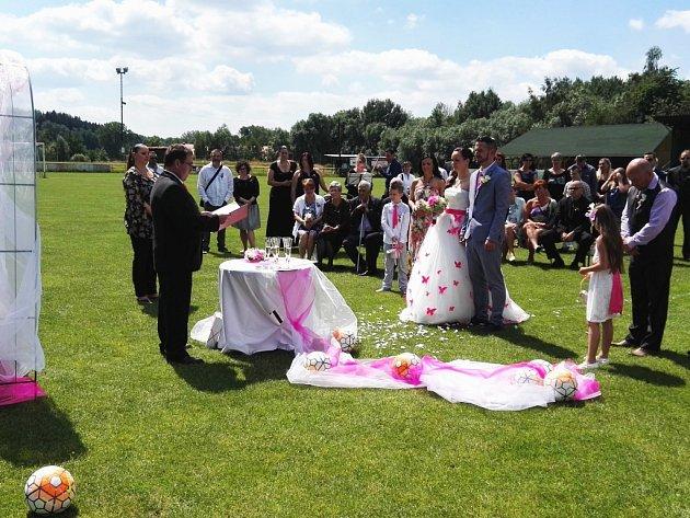 Na fotbalovém stadionu v Novém Boru se v sobotu ženila opora novoborských fotbalistů Jan Broschinský.
