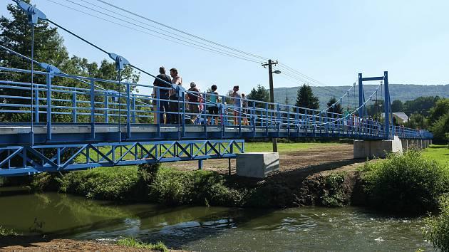 Místo staré lávky, kterou ve Stružnici zničila povodeň v roce 2013, stojí zbrusu nový most za 12 milionů korun. První chodci se po novém mostku prošli v úterý odpoledne, kdy proběhlo slavnostní otevření za účasti desítek místních obyvatel.