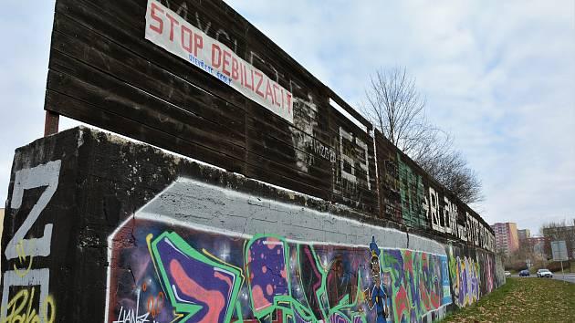 Transparent nad graffiti u sídliště Špičák.
