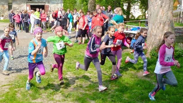 Nejmenší děti běžely okolo místní hasičské nádrže.