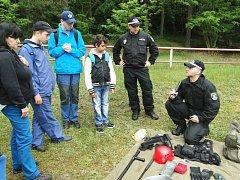 Ukázku základního vybavení každého strážníka tu dětem představila také českolipská městská policie.