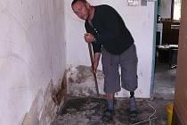 Obyvatelé Dolní Libchavy jsou rozhořčeni a nyní, kdy už mohou uklízet po víkendové záplavě, nemohou zapomenout, že je radnice nechala ve štychu.