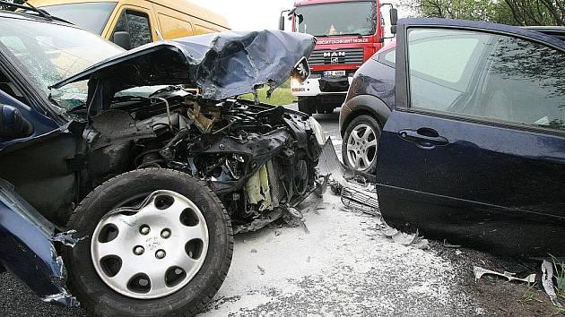 Čelní srážka dvou aut uzavřela na hodinu cestu ze Cvikova na Liberec. Tři lidé utrpěli při kolizi zranění.