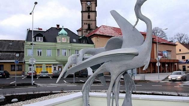 Fontána s volavkami se vrátila doprostřed křižovatky na náměstí Československé armády v Mimoni. Na stříkající vodu si ale budou muset lidé počkat do jara.