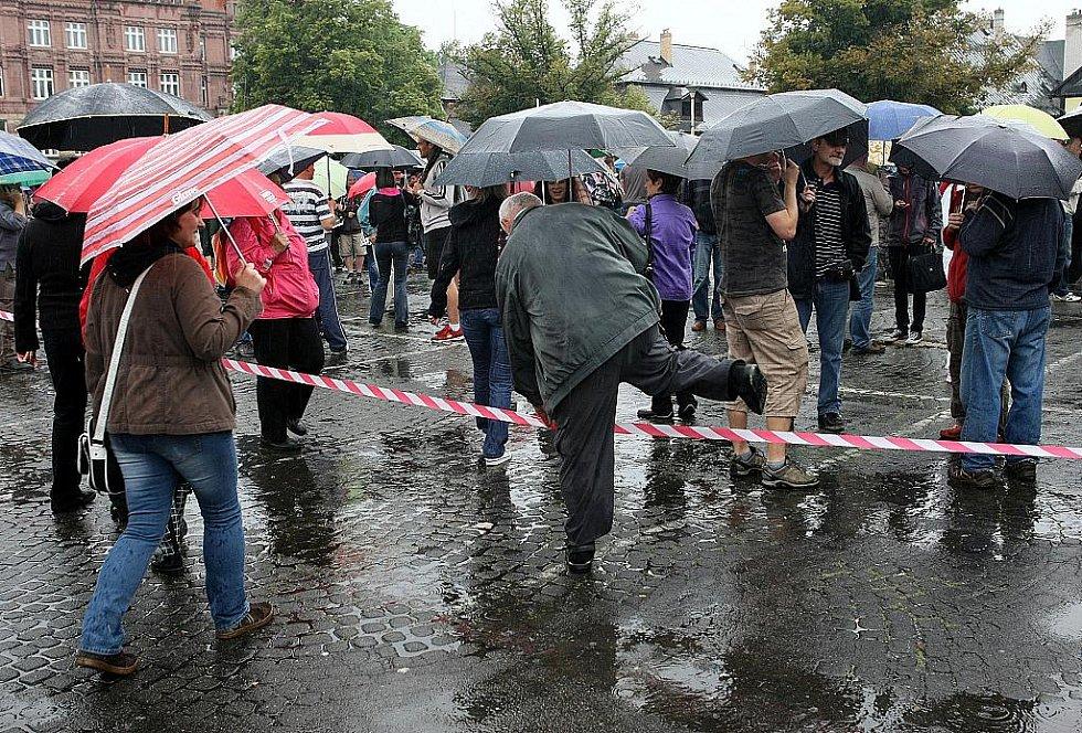 Stovky lidí na náměstí v Novém Boru vyjádřily nespokojenost s bezpečnostní situací ve městě, kde se v poslední době množí potyčky a omezování osobní svobody.