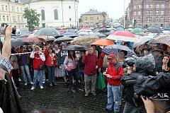 Stovky lidí v srpnu na náměstí v Novém Boru vyjádřily nespokojenost s bezpečnostní situací ve městě, kde se v poslední době množí potyčky a omezování osobní svobody.