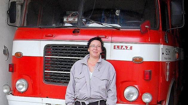 Škodou 706, největším vozidlem sloupských hasičů, které si sami upravili, se pochlubila Hana Sobotová.